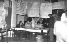 Miejsce wydawania przepustek i kontroli ruchu do Gmachu Głównego, 1981r., źr. www.klubnzspw.org